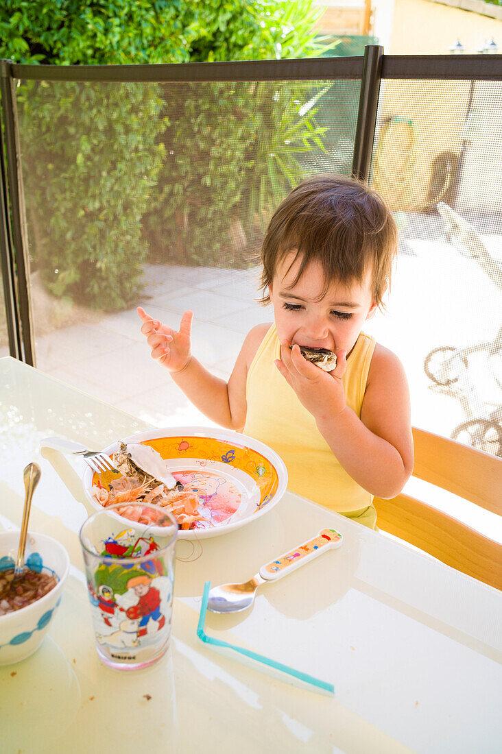 Mädchen isst Austern, Perols, Montpellier, Herault, Languedoc-Roussillon, Frankreich