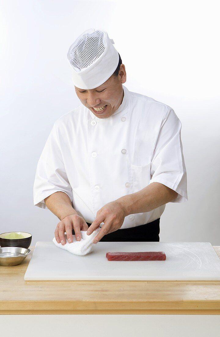 Asiatischer Koch bereitet Ahi-Thunifsch zu