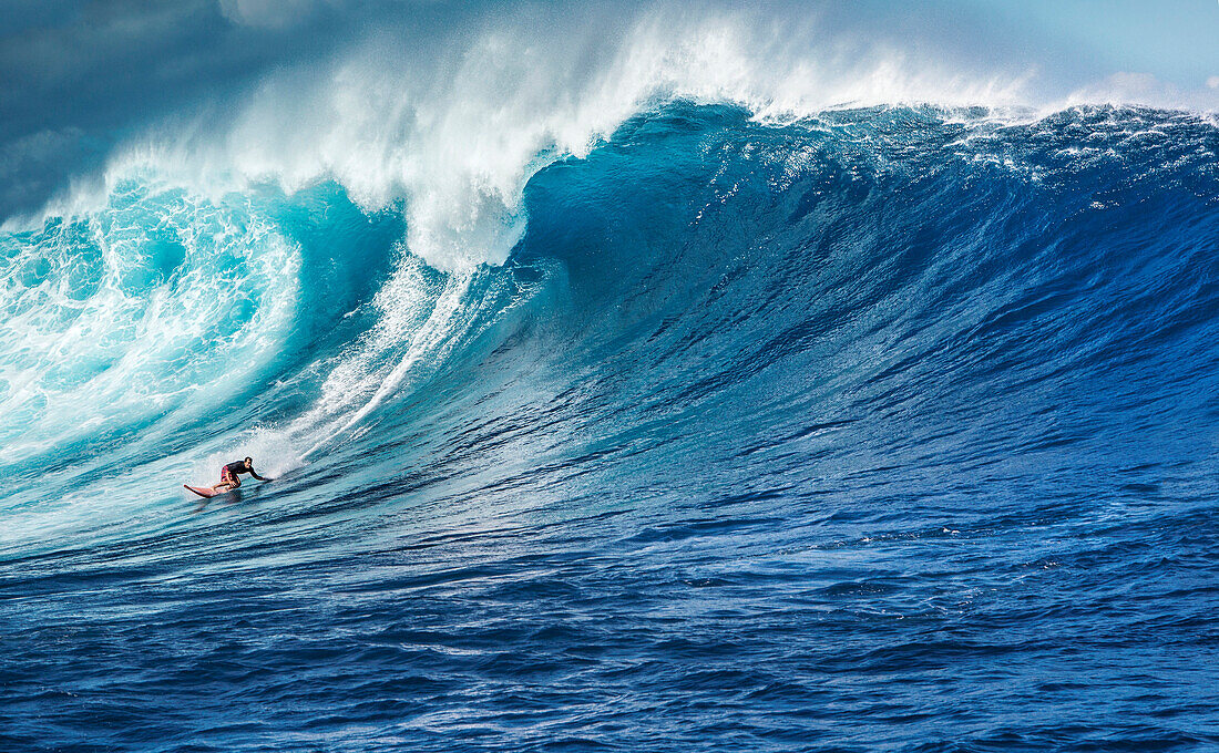 USA, HAWAII, Maui, Jaws, big wave surfers taking off on a wave at Peahi on the Northshore
