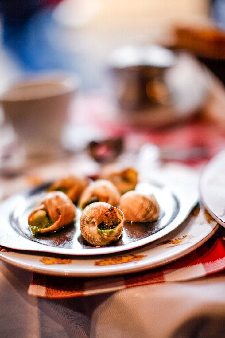 Escargots (Schnecken) auf dem Tisch in La Mère Catherine Restaurant, Place du Tertre, Montmartre, Paris, Frankreich, Europa