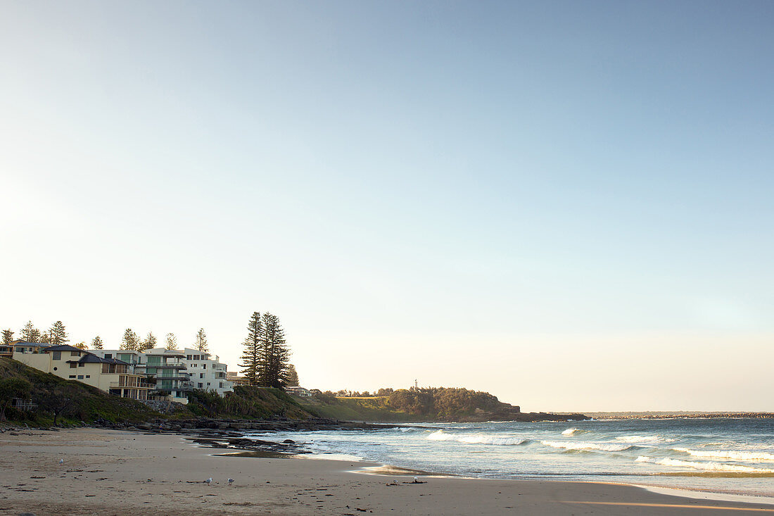 Sonnenaufgang am Convent Beach in Yamba in New South Wales, Australien.