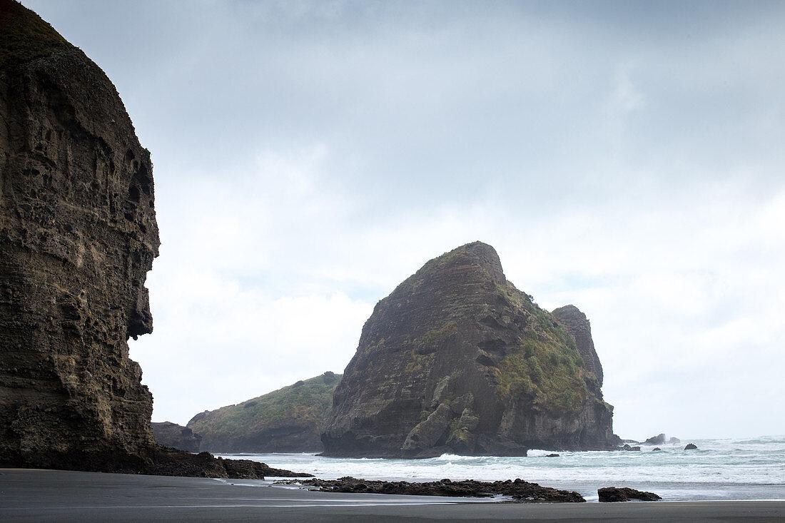 Piha Beach liegt im Westen von Auckland, der größten Stadt Neuseelands