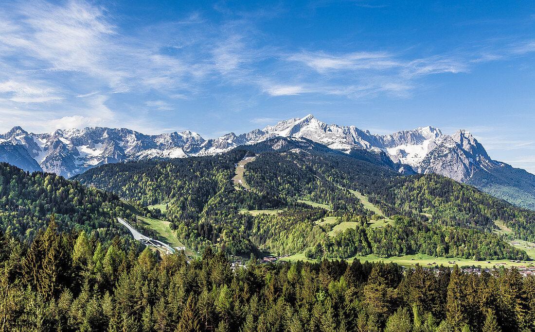 Garmisch-Partenkirchen Panorama mit Alpspitze und Zugspitze, Bayern, Deutschland