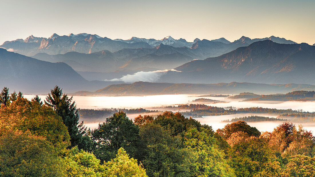 Starnberger See im Nebel von der Ilkahöhe aus gesehen mit Bergkette, Bayern, Deutschland