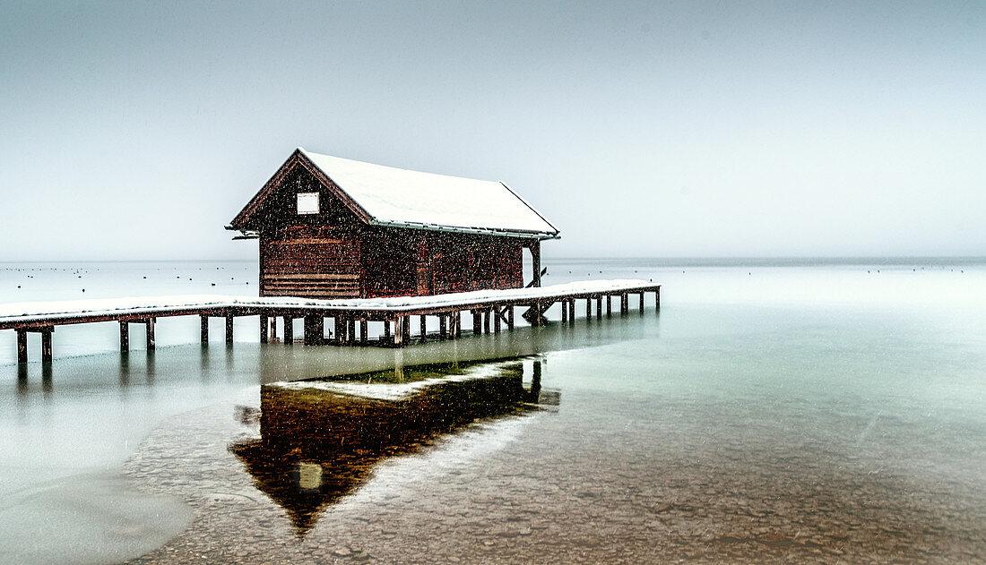 Bootshütte bei Schneefall am Starnberger See, Tutzing, Bayern, Deutschland