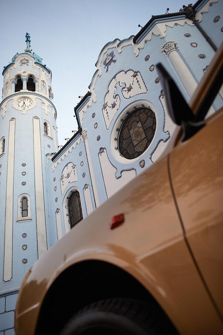 Auto vor St. Elisabethkirche in Bratislava, Slowakei