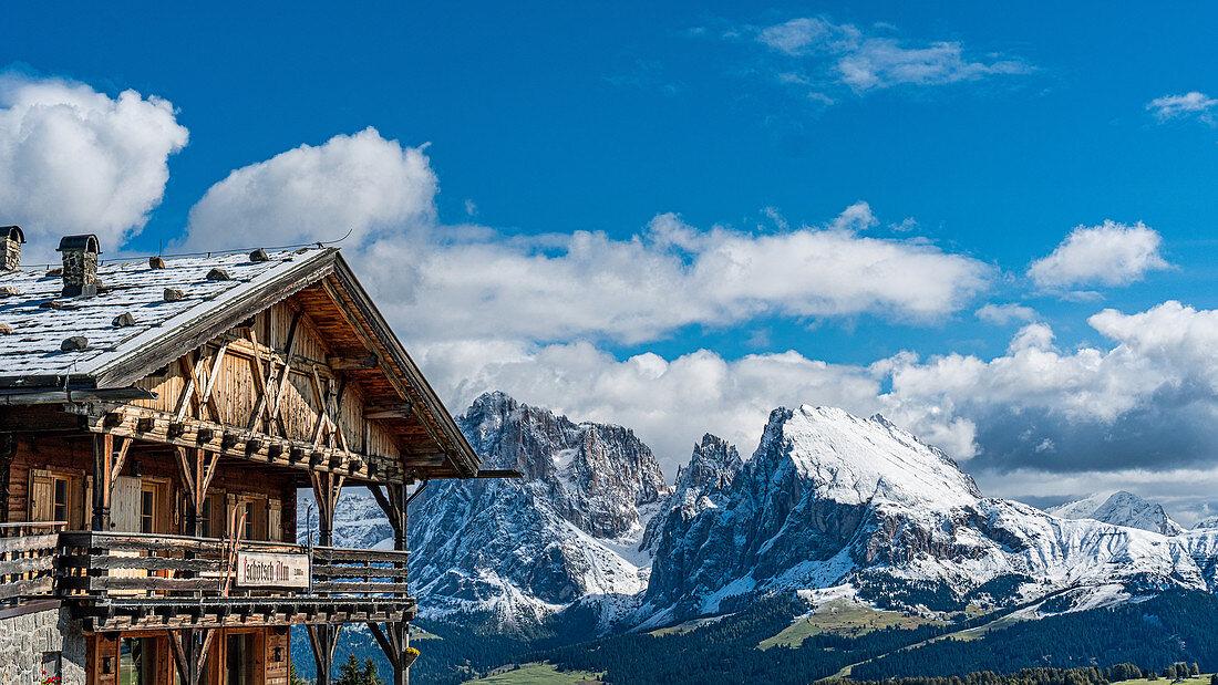 Jausenhütte am Puflatsch mit Blick auf Langkofel und Plattkofel auf der Seiser Alm in Südtirol, Italien