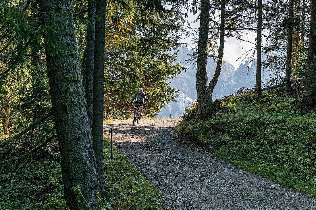 Radfahrer auf der Seiser Alm in Südtirol, Italien