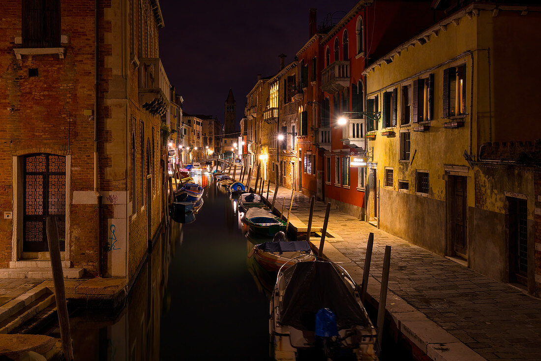 Nächtlicher Spaziergang in Venedig, Venetien, Italien