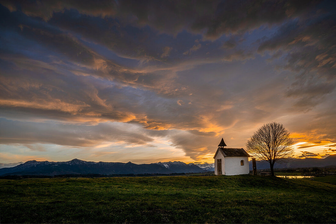 Die Kapelle am Riegsee vor dramatischem Abendhimmel, Aidling, Murnau, Bayern, Deutschland