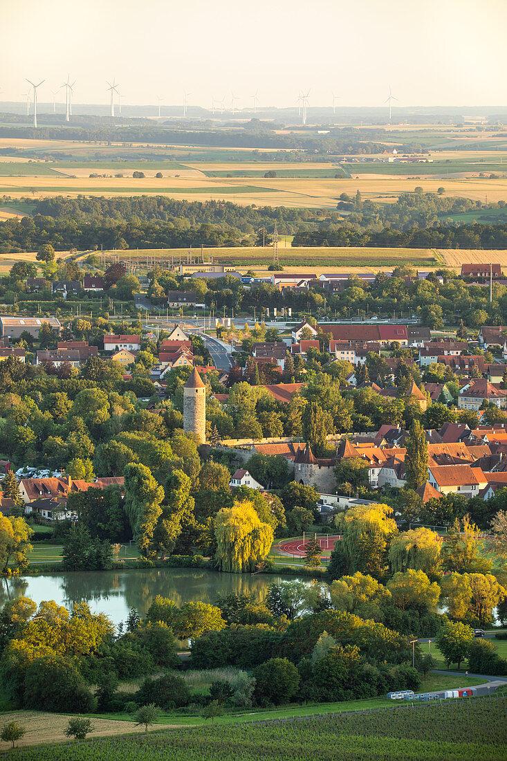 Blick auf die Altstadt von Iphofen, Einersheimer Tor, Eulenturm, Kitzingen, Unterfranken, Franken, Bayern, Deutschland, Europa