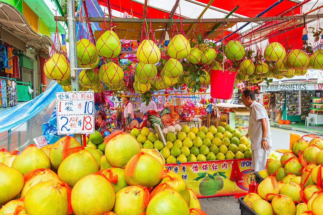Markstand mit Pampelmusen in Chinatown von Singapur, Asien