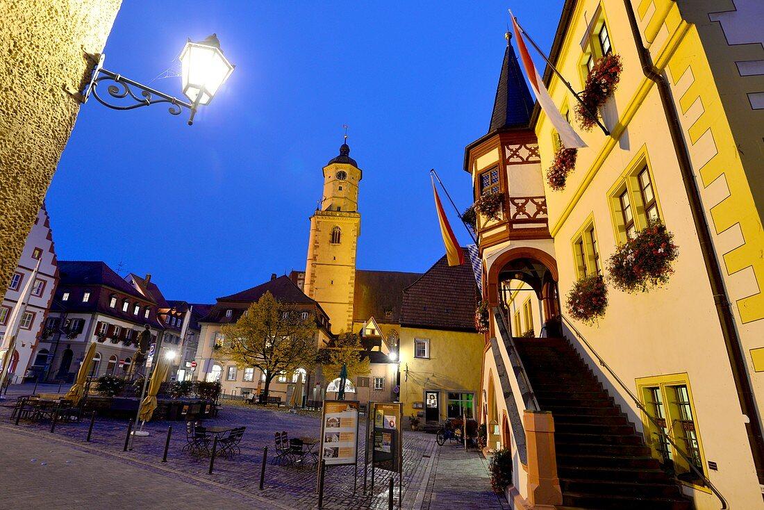am Marktplatz mit Stadtpfarrkirche in Volkach am Main, Unter-Franken, Bayern, Deutschland
