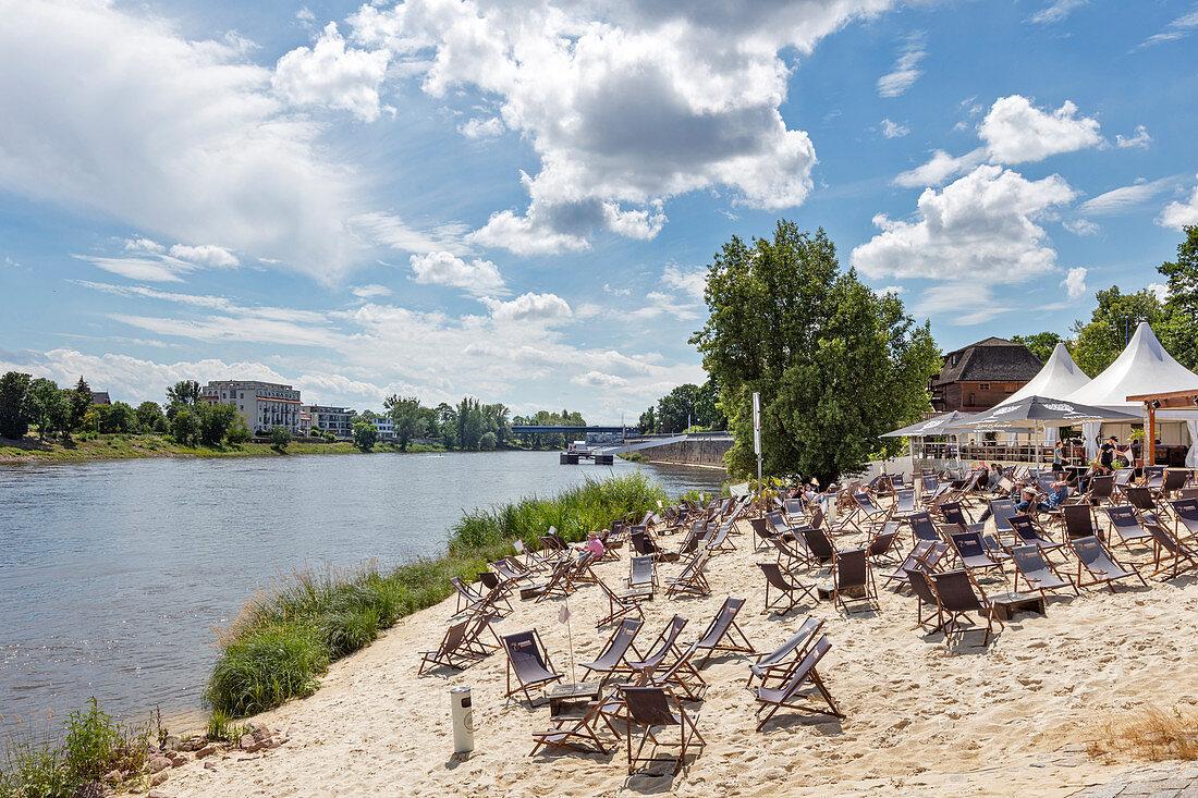Cafe am Ufer der Elbe in Magdeburg, Sachsen-Anhalt, Deutschland