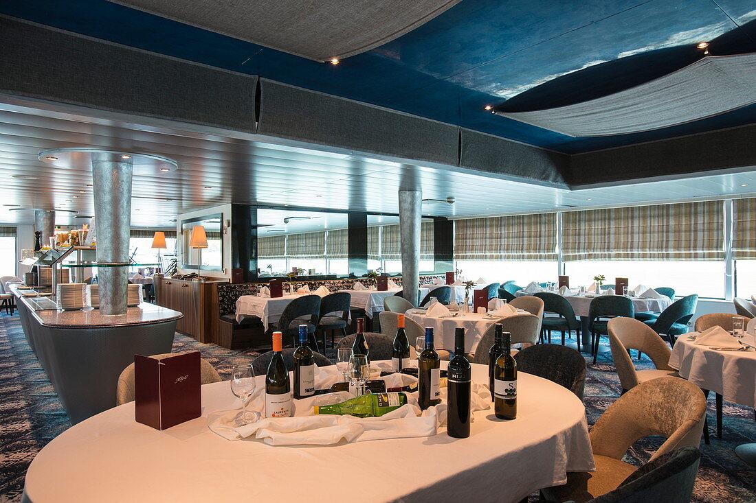 Panorama-Restaurant an Bord von Flusskreuzfahrtschiff während einer Kreuzfahrt auf dem Rhein, nahe Bad Honnef, Nordrhein-Westfalen, Deutschland, Europa
