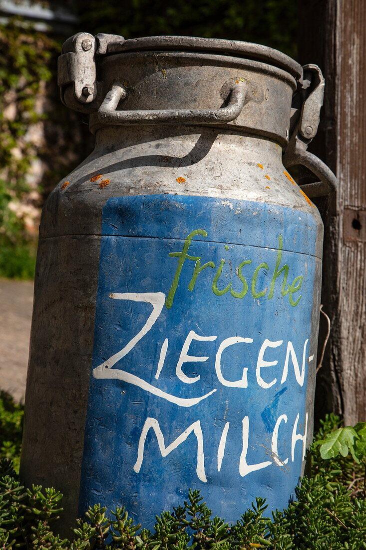 """Milchkanne mit Beschriftung """"frische Ziegenmilch"""" am ökologischen Bauernhof Der Berghof, Schöllkrippen, Kahlgrund, Spessart-Mainland, Franken, Bayern, Deutschland, Europa"""