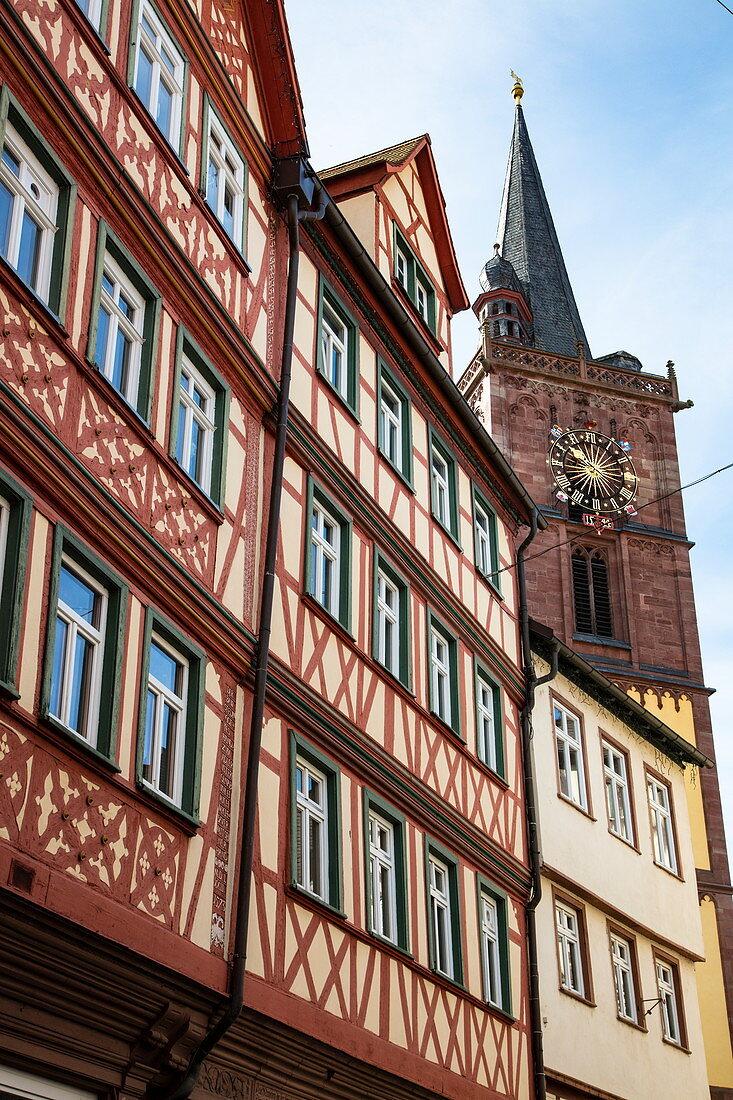 Fachwerkhäuser in der Altstadt mit Turm der Stiftskirche, Wertheim, Spessart-Mainland, Franken, Baden-Württemberg, Deutschland, Europa