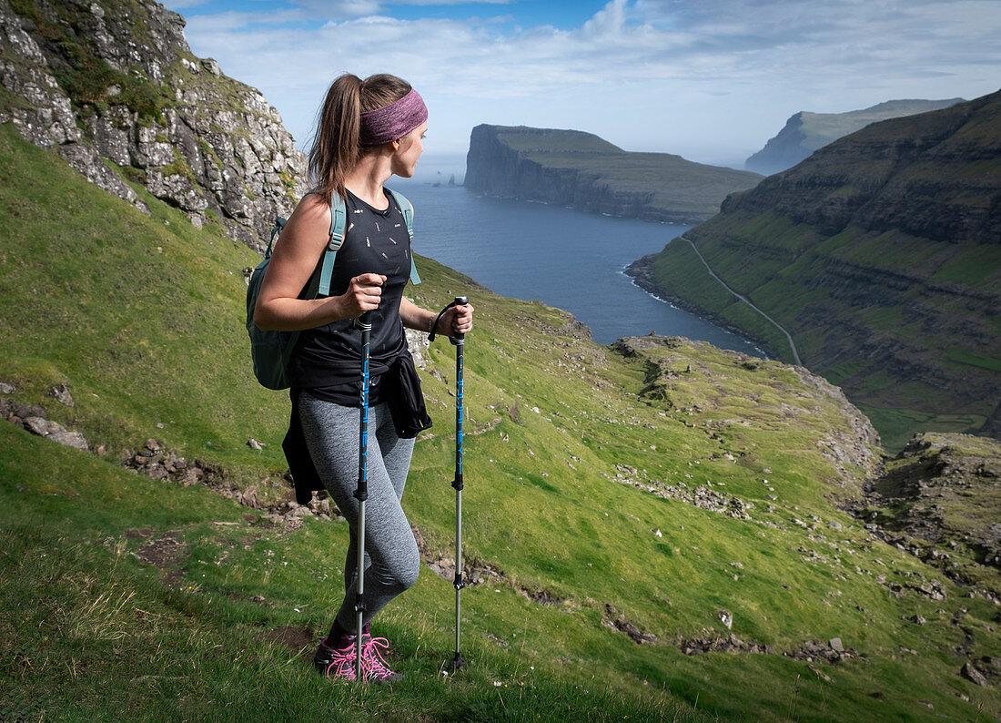 Frau beim Wandern auf Streymoy auf Färöer Inseln bei Tag