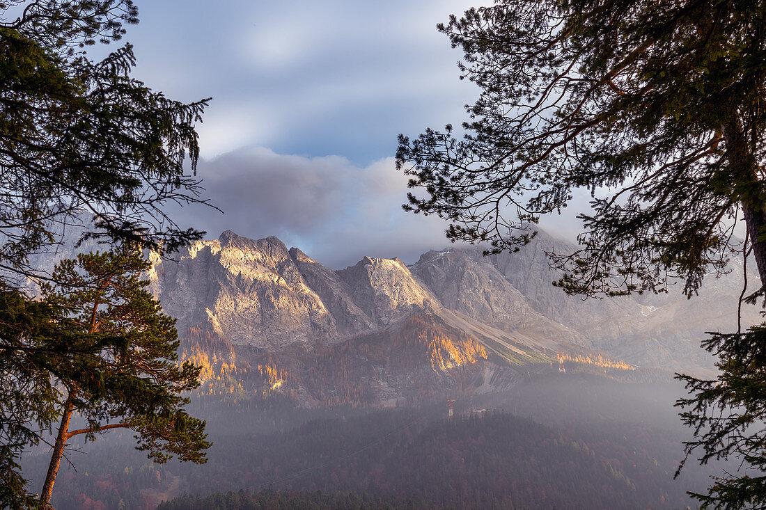 View of the Wetterstein massif at the Eibsee, Grainau, Werdenfelser Land; Upper Bavaria, Bavaria, Germany, Europe