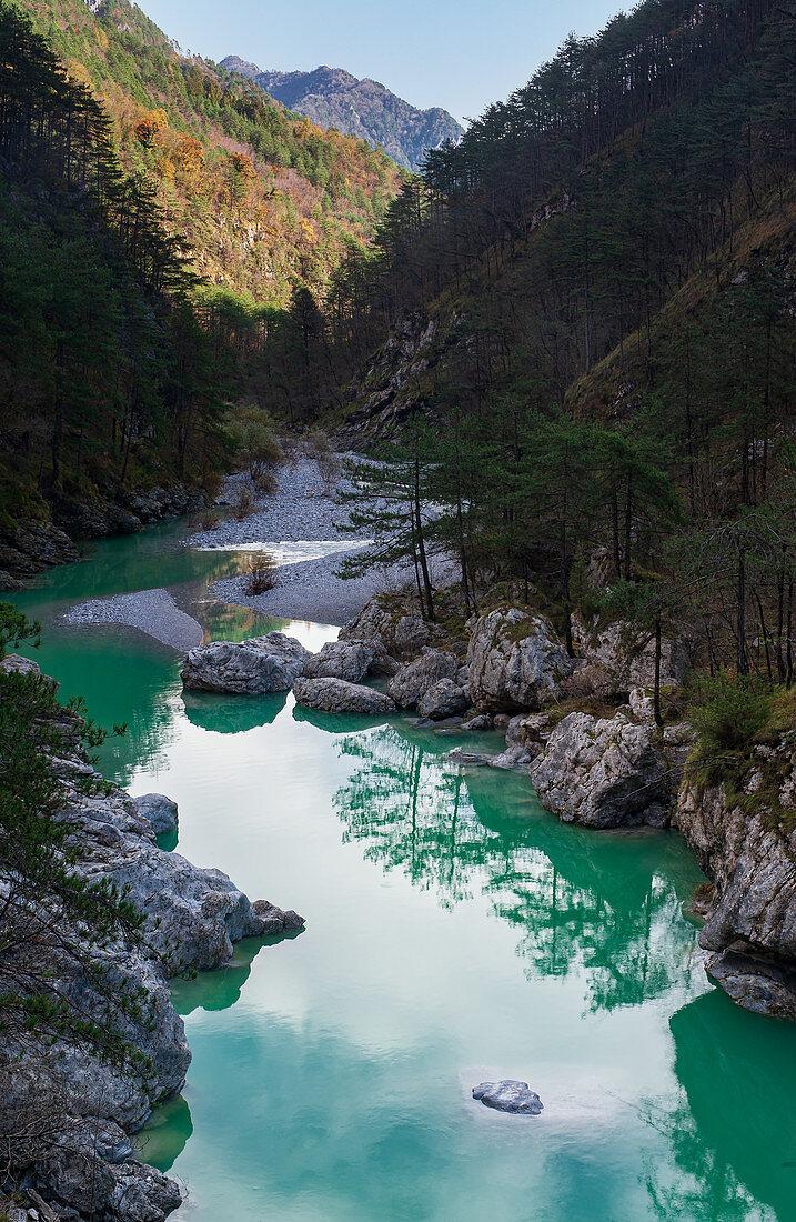 Blick auf die smaragdgrünen Becken von Fluss Meduna im Tramontina-Tal in Pordenone in der Region Friaul, Italien