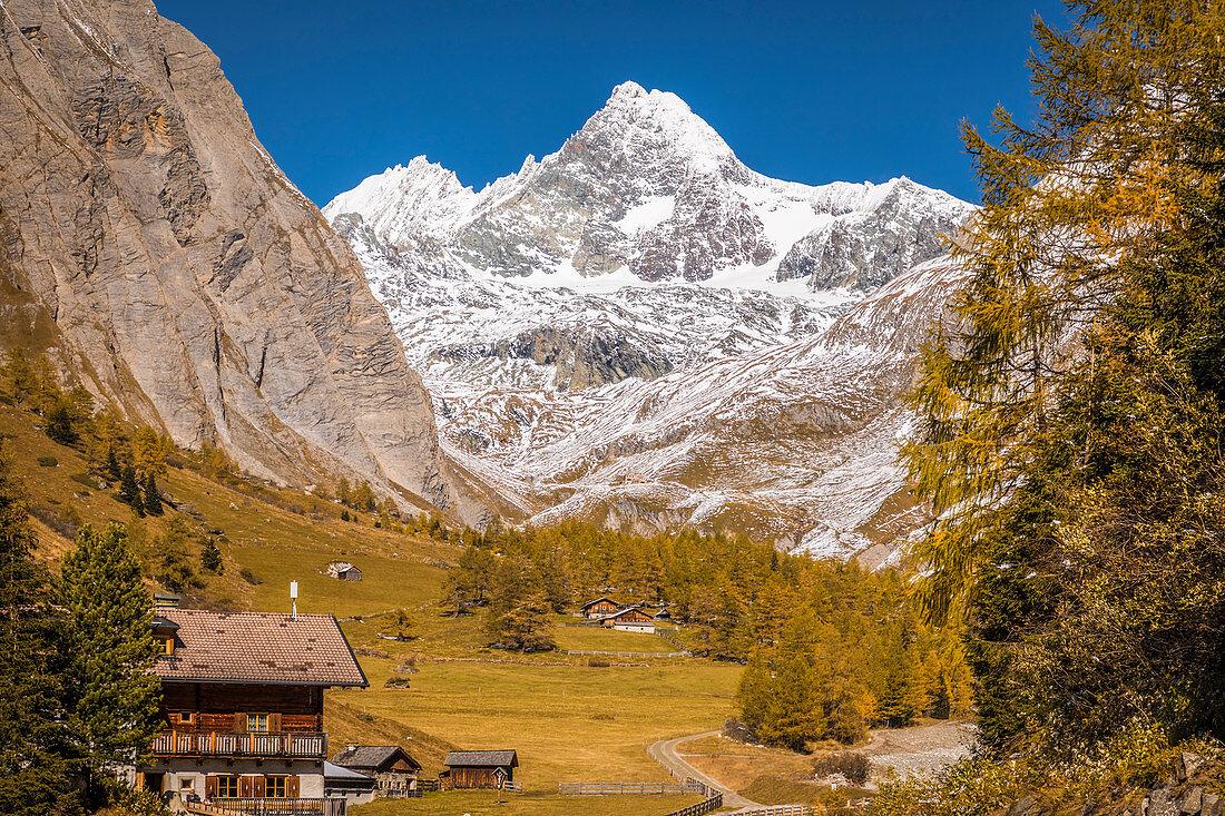 Alpengasthof Lucknerhaus (1.920 m) im Ködnitztal mit Großglockner (3.798 m), Osttirol, Tirol, Österreich