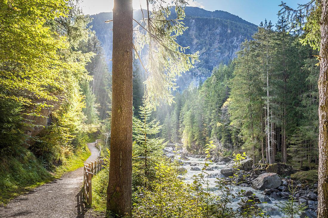 Wanderweg an der Ötztaler Ache im Ötztal, Oetz, Tirol, Österreich