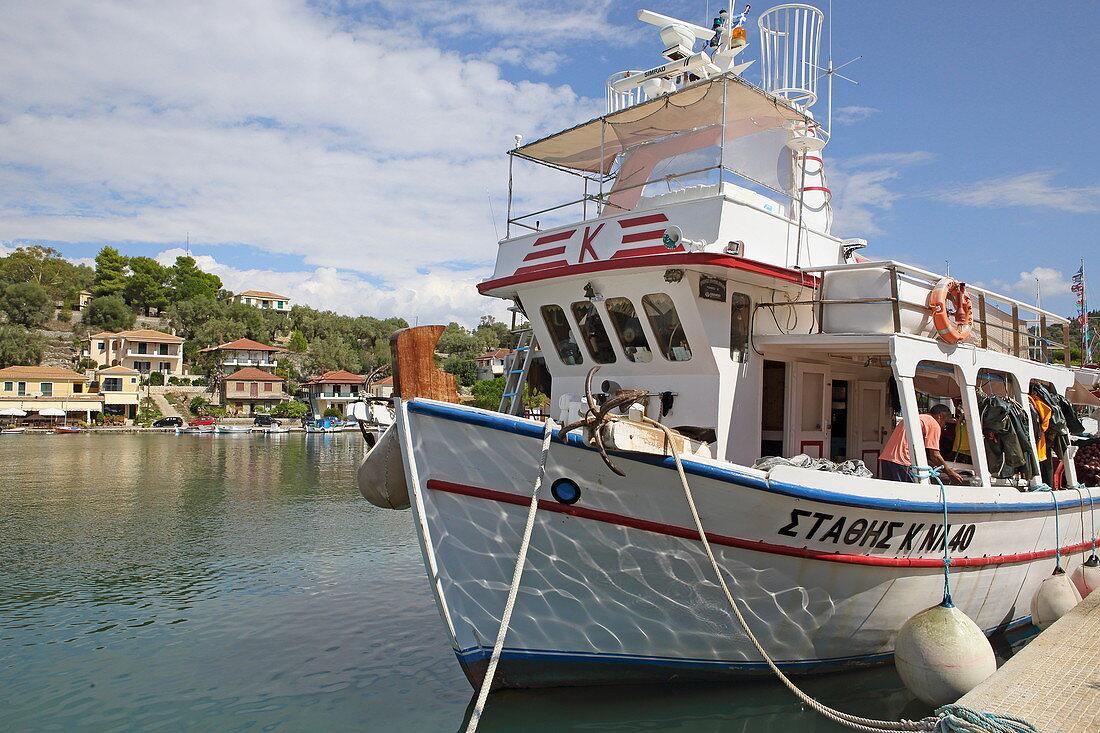 Boot im Hafen von Vathy, Meganisi, Ionische Inseln, Griechenland, Europa