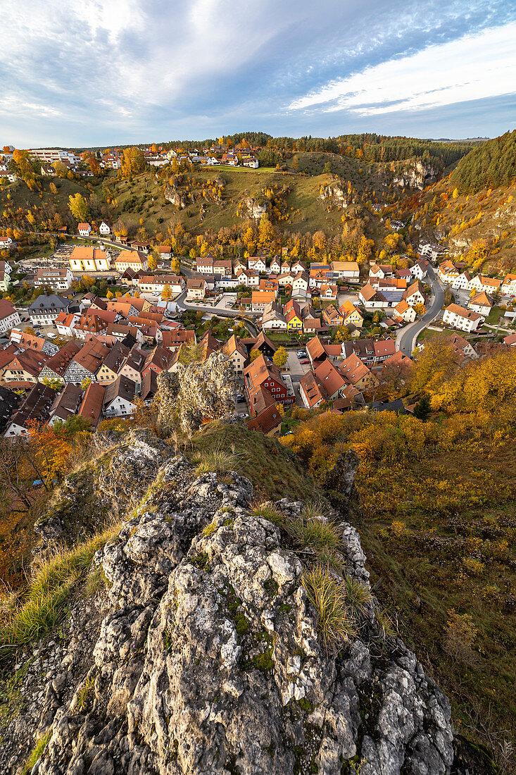 Sicht auf Pottenstein mit Herbstlaub von felsiger Anhöhe, Oberfranken, Bayern, Deutschland