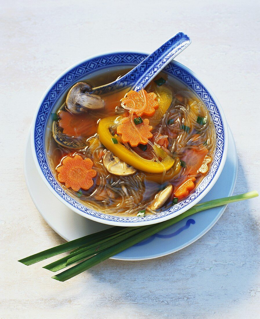 Glass noodle soup with vegetables & mushrooms (China)