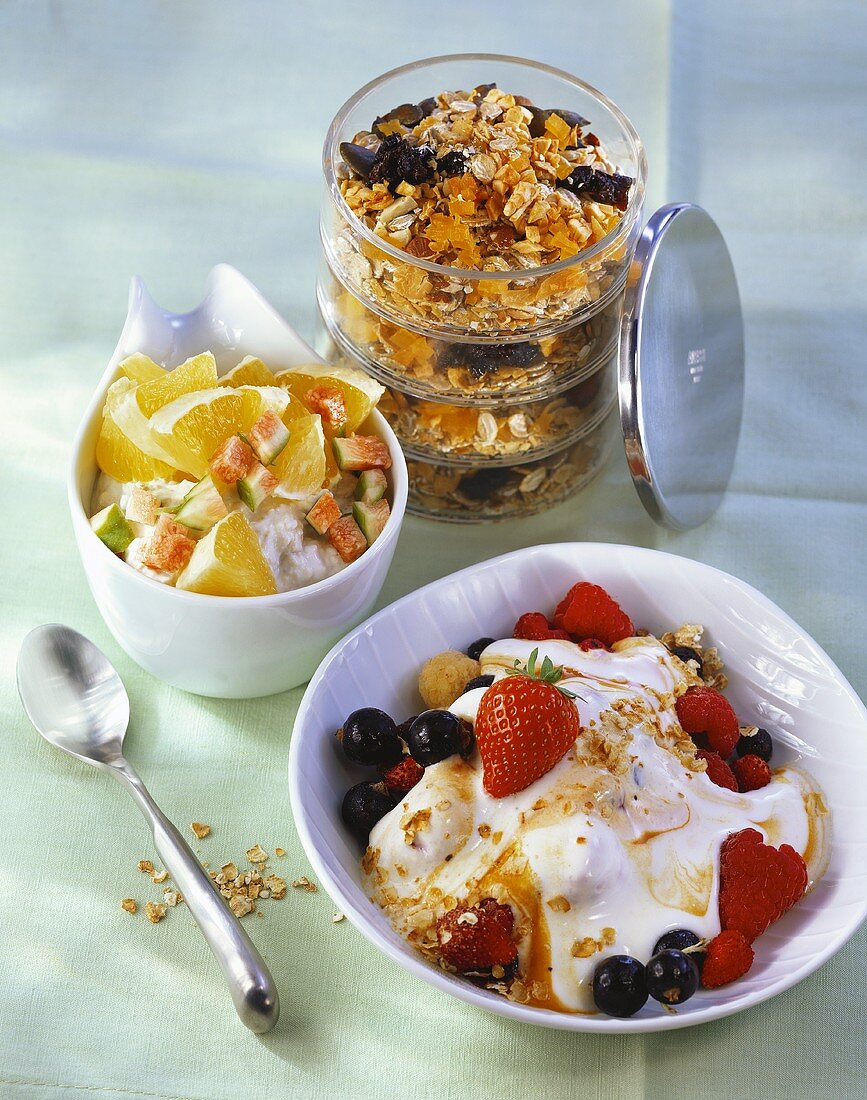 Berries & sea buckthorn in cultured milk, orange-, fruit muesli