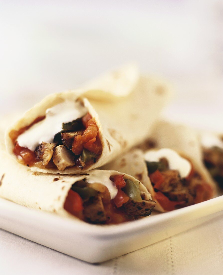 Fajitas with chicken, vegetables and sour cream