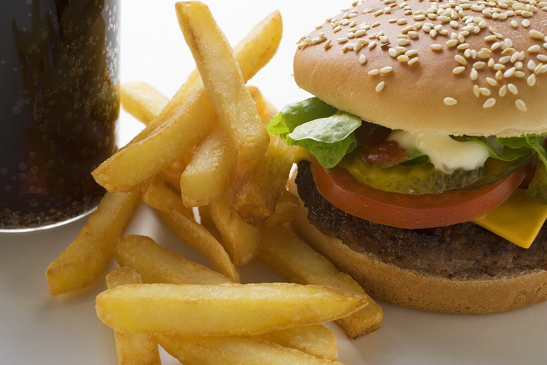 Cheeseburger with chips and Cola