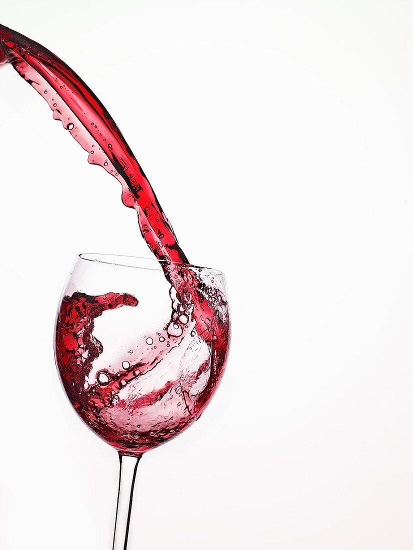 Rotwein in Glas einschenken