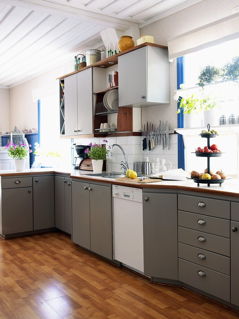 Kitchen unit with wall cabinets