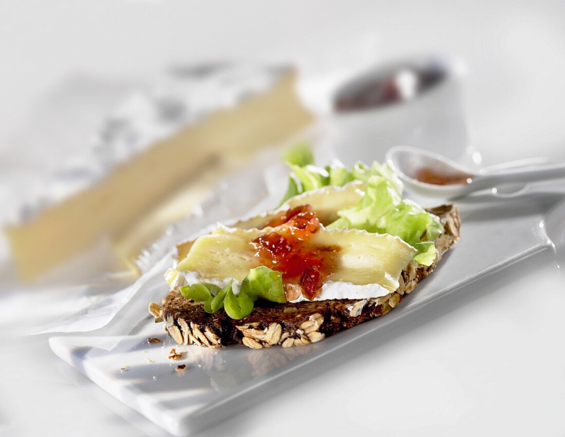 Wholemeal bread with brie de meaux and chutney