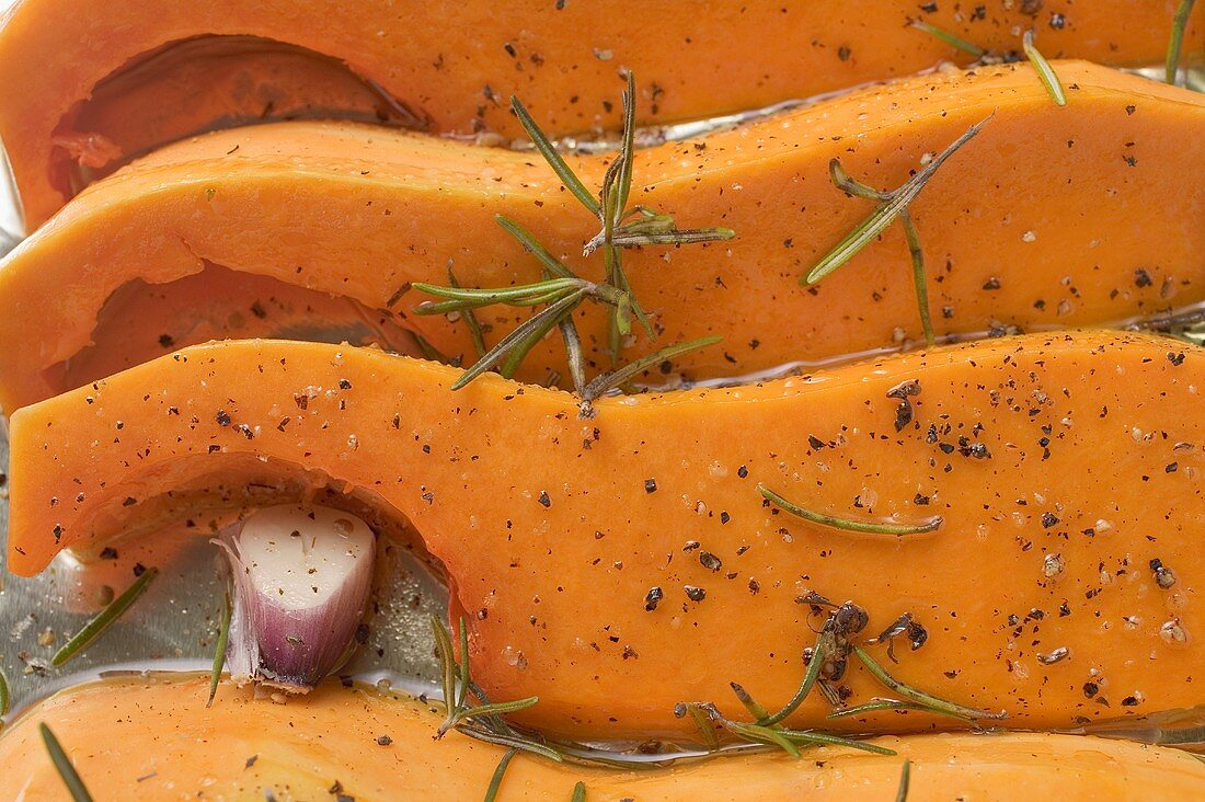 Pumpkin slices with rosemary and garlic (close-up)