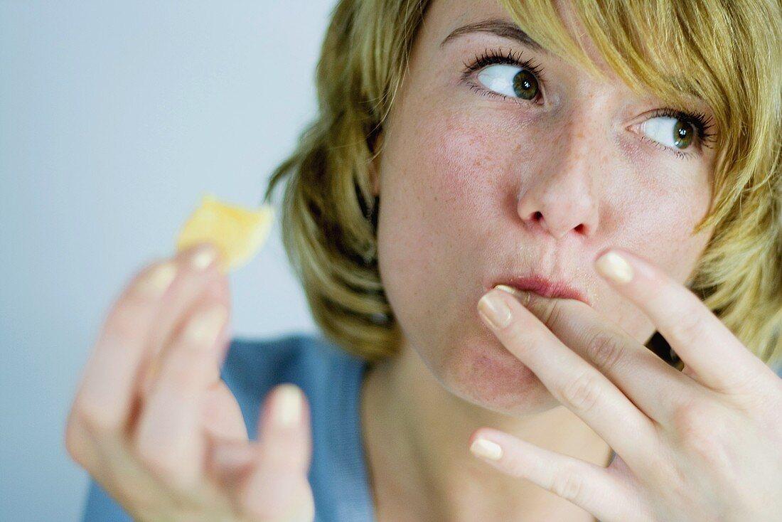 Junge Frau isst Plätzchen