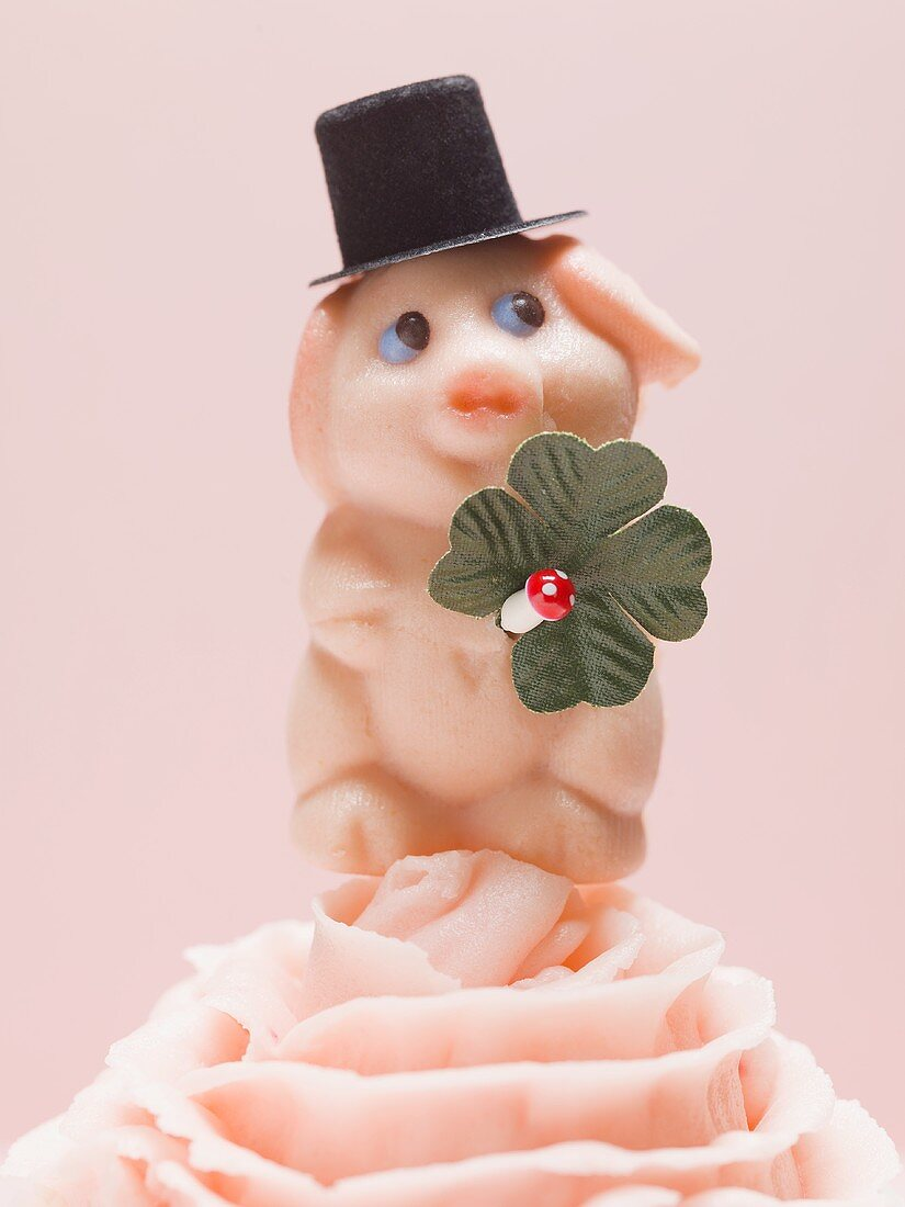 Marzipan pig with four-leaf clover