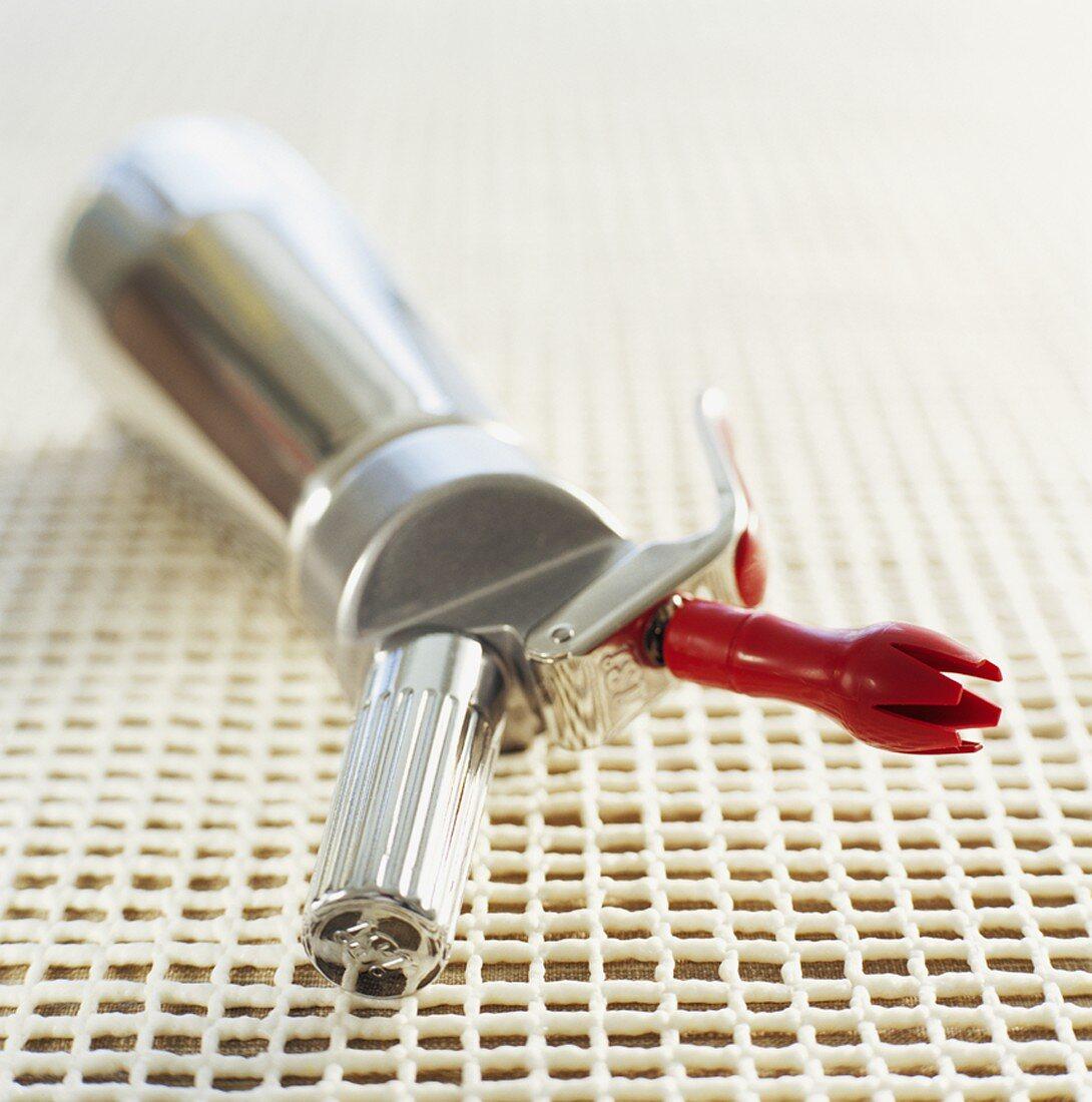Kitchen gadget for making spray cream