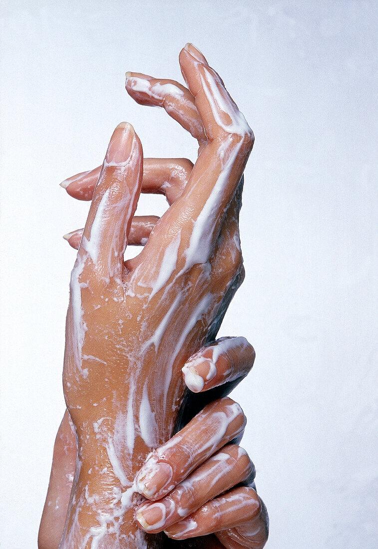 Hände mit Kombi-Creme eingecremt