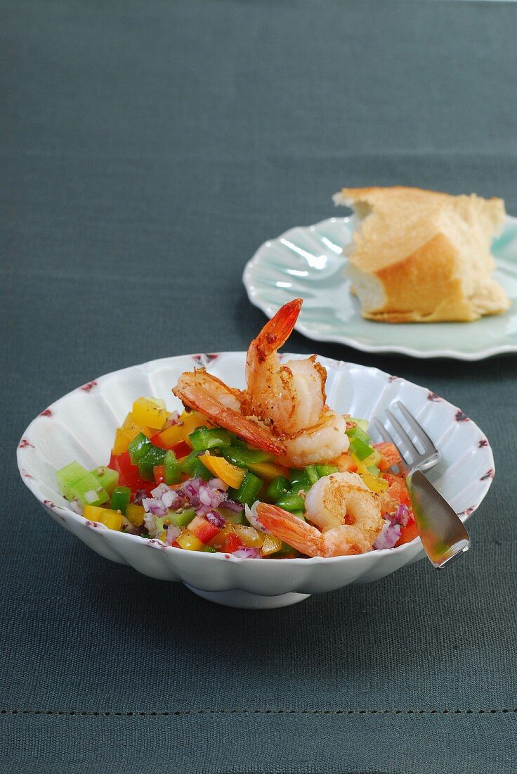 Pepper salad with prawns