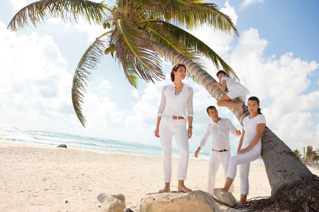 Familie am Strand, Palme, Kleidung weiss, sommerlich