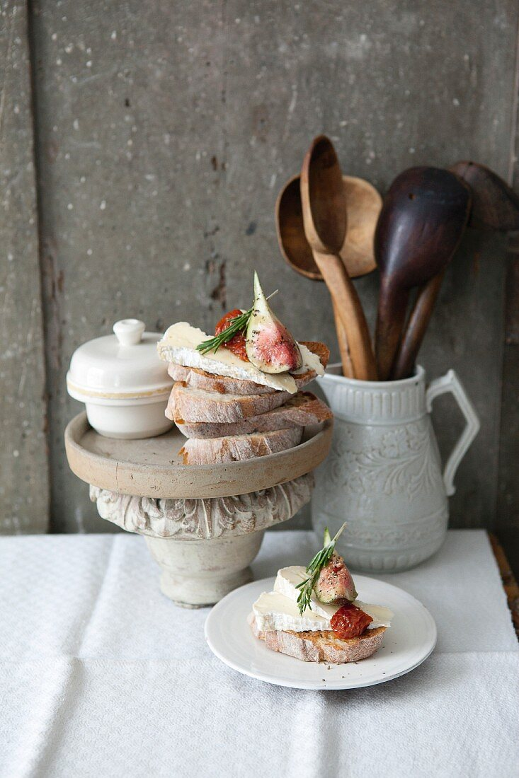 Cheese crostinis with figs