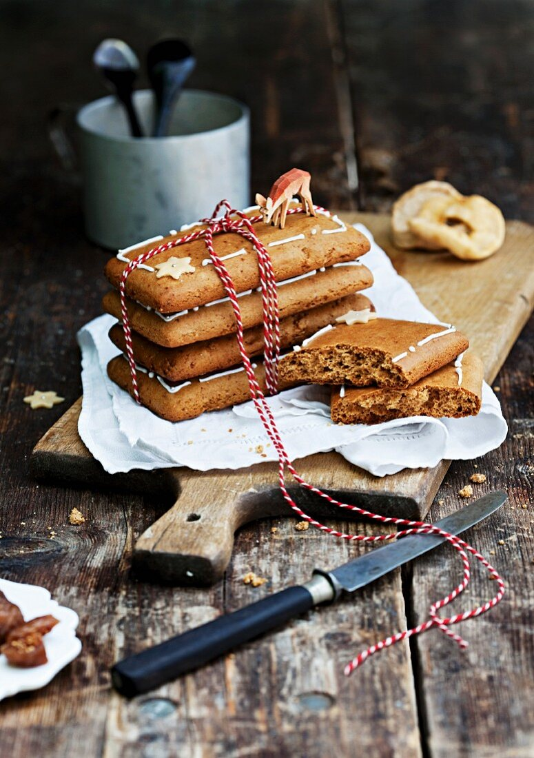 Gingerbread with figs and apple rings