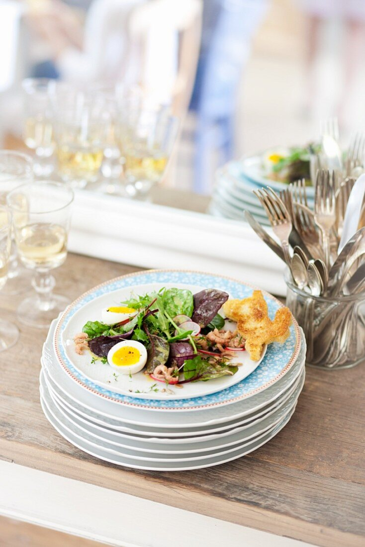 Salad with quail's eggs, shrimps and rabbit-shaped toast