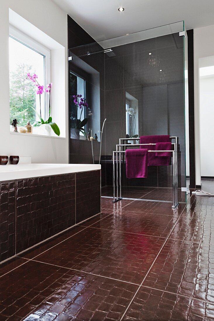 Badezimmer Mit Dusche Hinter Glaswand Bild Kaufen 10299627 Seasons Agency