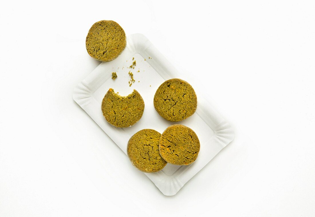 Spelt biscuits made with moringa powder and coconut milk