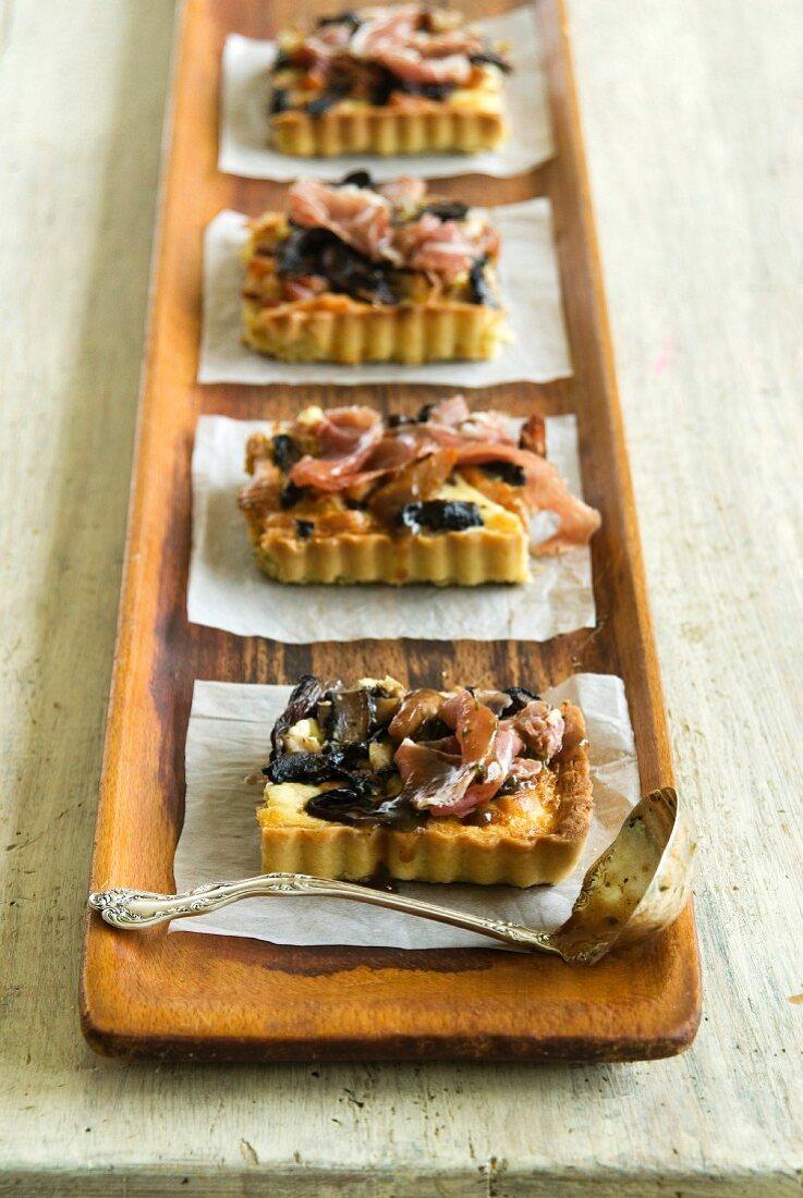 Mini quiches with chicken, mushrooms and Serrano ham