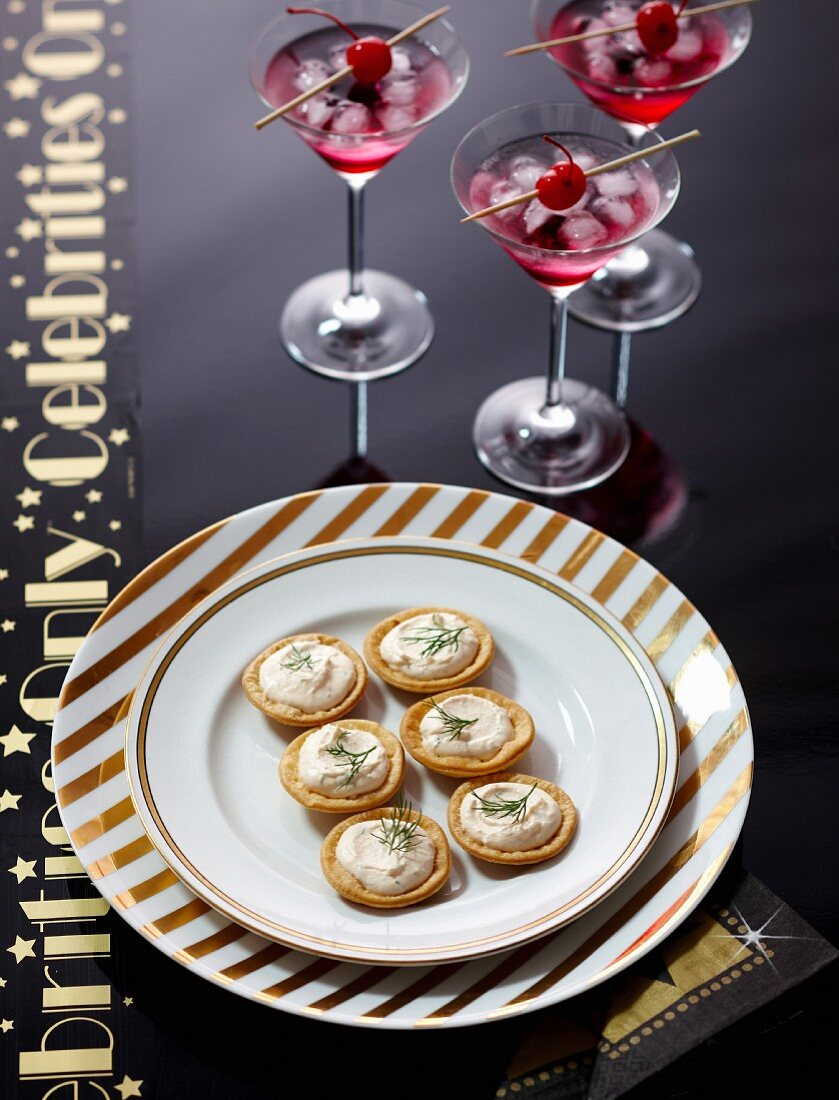 Mini tarts with salmon mousse, with Shirley Temple cocktails
