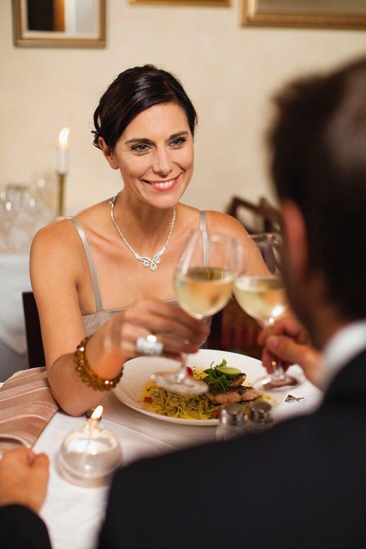 Verliebtes Paar beim Anstossen mit Weisswein